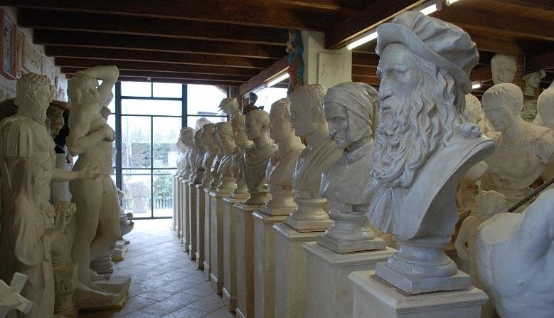 Esposizione calchi in gesso di busti, statue, colonne, plinti.